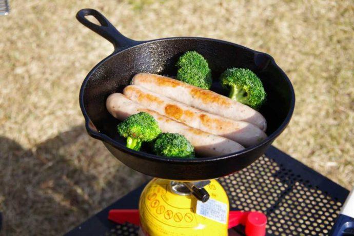 ウインナーとブロッコリーを焼いたキャンプ飯