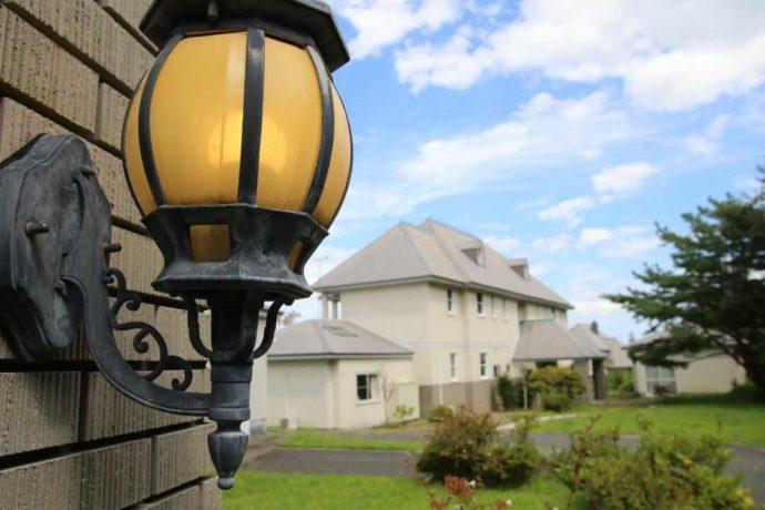 福島県いわき市にある貸別荘「ヘレナ国際ヴィラ」の外観とライト