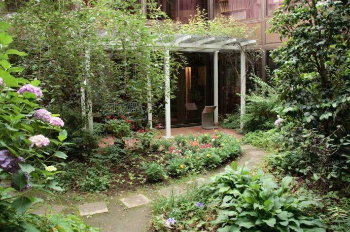 いわさきちひろが愛した植物が育てられている庭
