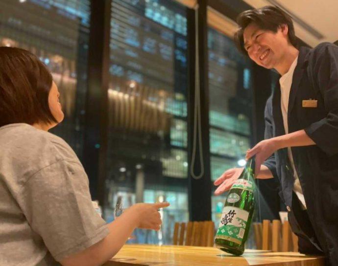 レストランにて藤内さんが地酒の紹介をしている