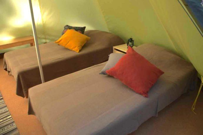 大源太キャニオンキャンプ場にあるグランピングテントのベッド