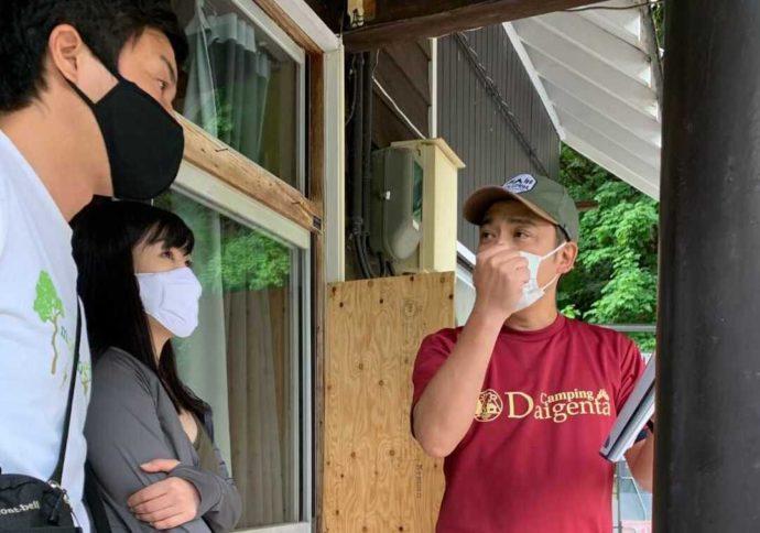 大源太キャニオンキャンプ場でゲストに場内を案内するスタッフ
