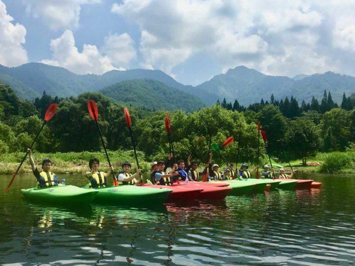 新潟県南魚沼郡にある大源太キャニオンキャンプ場の近くでカヤックを楽しむ人々