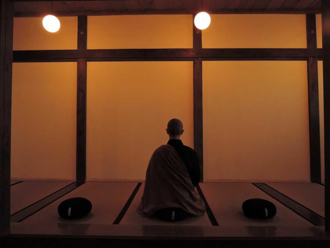 栃木県大田原市にある大雄寺で坐禅する僧侶