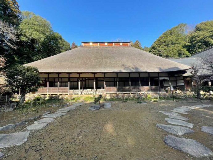 栃木県大田原市にある大雄寺の本堂と青空