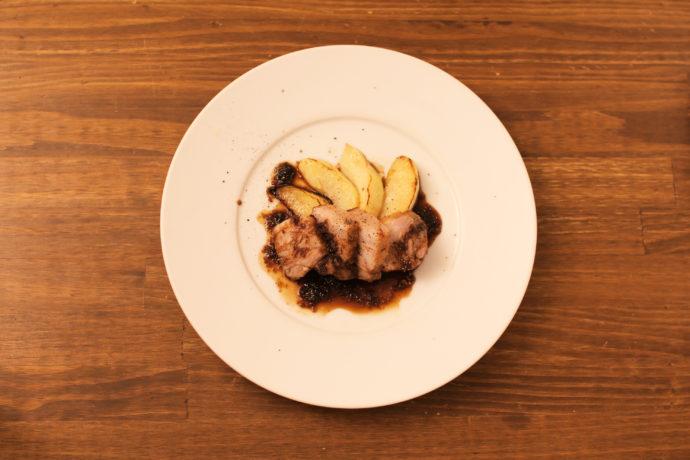 低温調理した純穂豚とリンゴのロティ