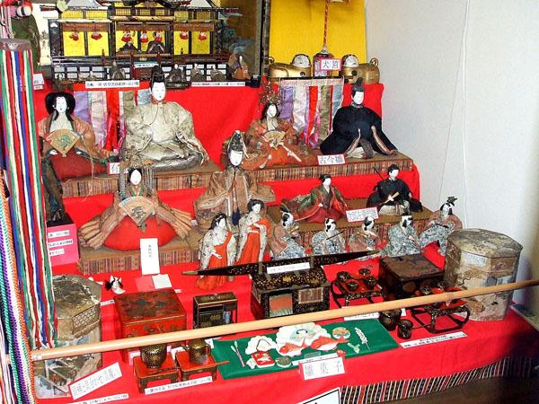 日本人形博物館・日本招き猫館の雛壇飾り