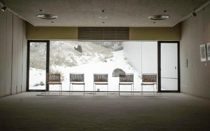 雪が積もった土門拳記念館の庭園「流れ」
