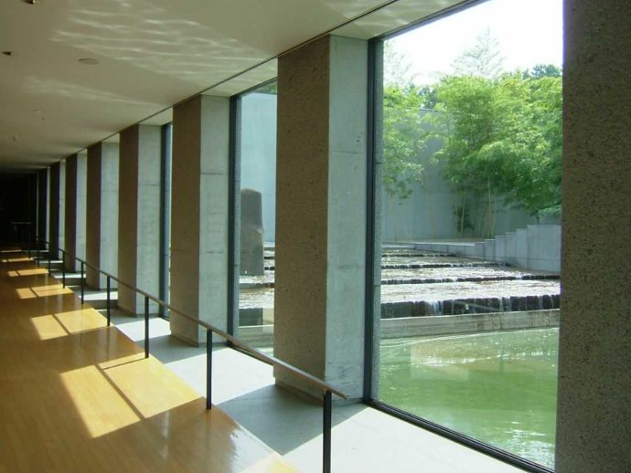 土門拳記念館の渡り廊下(ギャラリー)と中庭