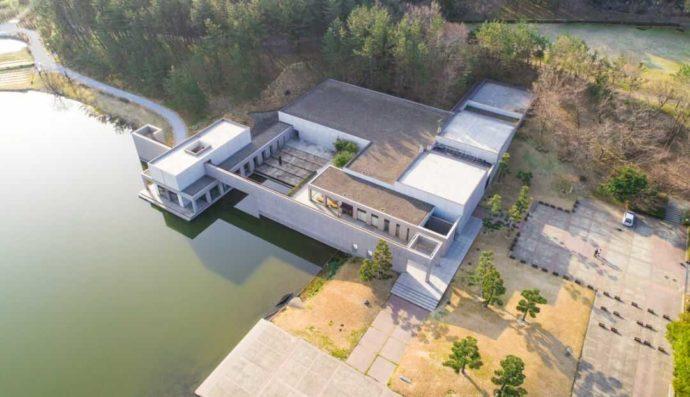 土門拳記念館を上空から撮影した写真