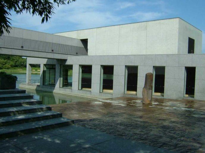 土門拳記念館の中庭「土門さん」