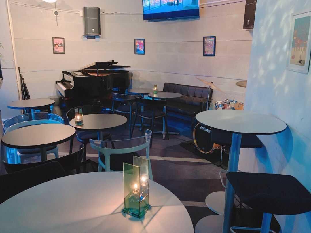 東京都「dot&blue」の店内フロア席と奥に置かれているピアノ