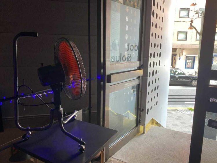 新型コロナウイルス感染症対策として換気のために「dot&blue」入口に置かれている扇風機