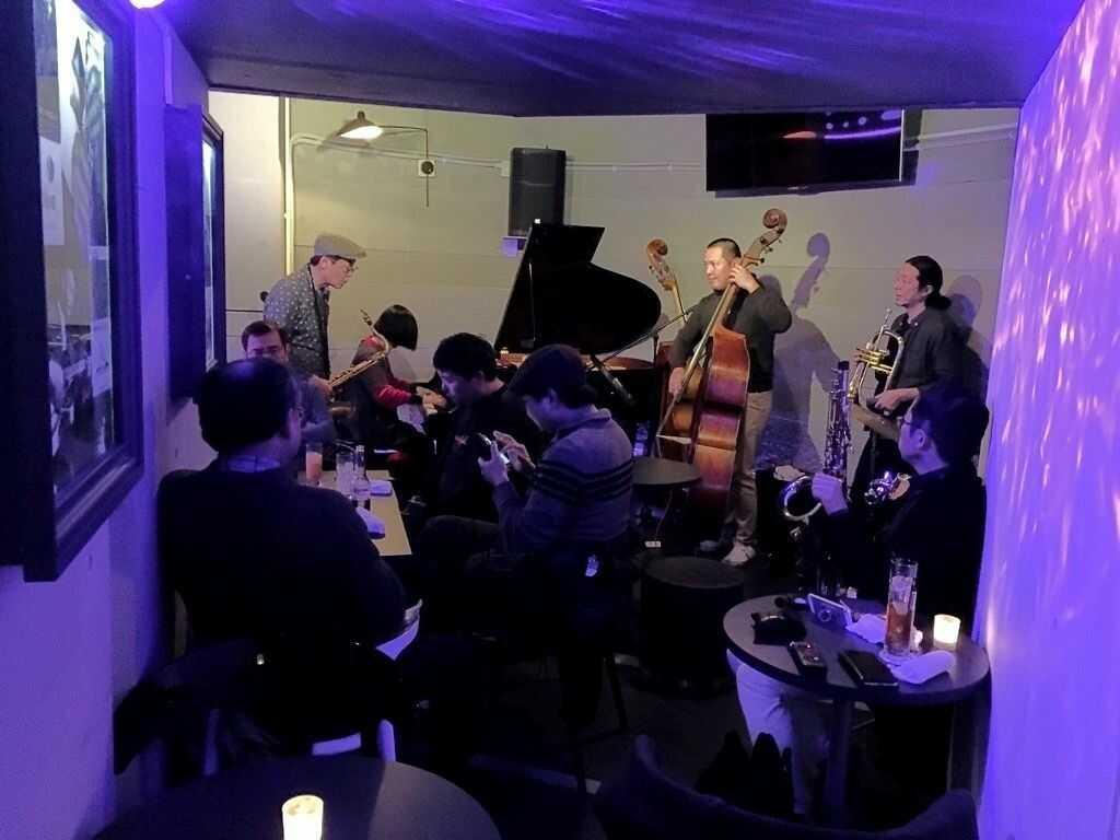 東京赤坂にある「dot&blueで」日曜、月曜を中心に開催中のジャズジャムセッション(即興演奏会)