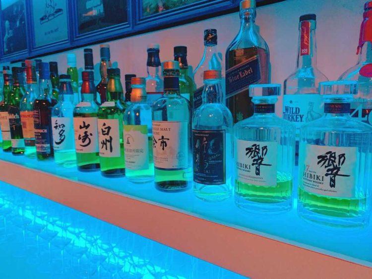 東京都港区にある「dot&blue」のカウンターに並ぶお酒のボトル