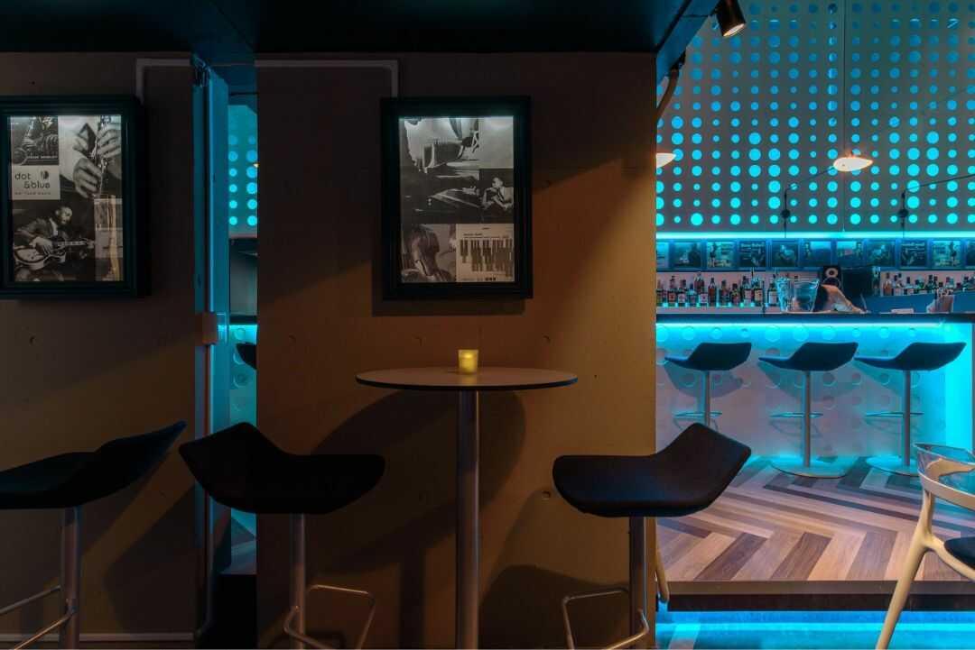 港区赤坂にある「dot&blue」のフロアーハイテーブル席