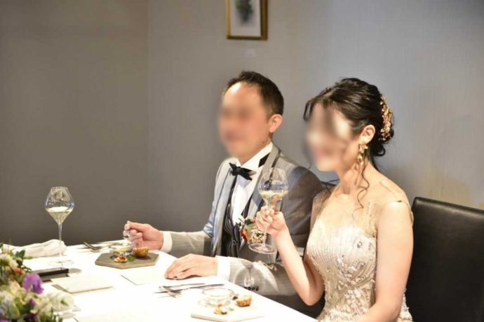 広島市南区にある結婚式場「エシェル」のレストラン「orage(オラージュ)」での食事の様子