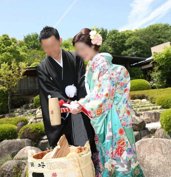 広島市南区にある結婚式場「エシェル」の「庭園の宿 石亭」で鏡開きをする利用者