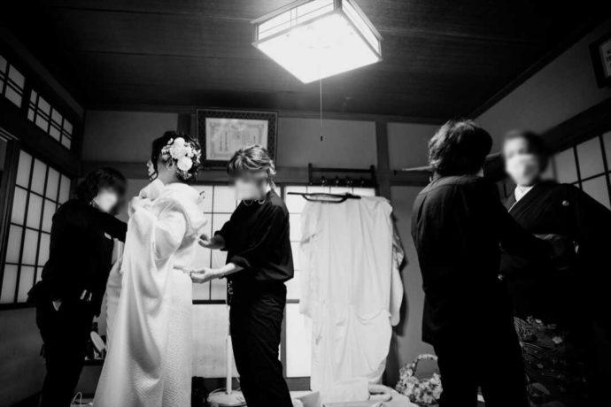 曹洞宗 永松山 龍泉寺の仏前結婚式の着付け風景
