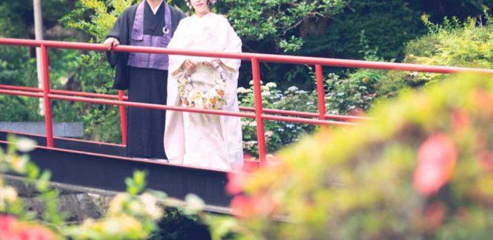 曹洞宗 永松山 龍泉寺の小さな橋に佇む新郎新婦