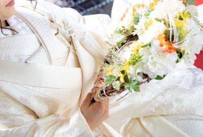 曹洞宗 永松山 龍泉寺の仏前結婚式で花のリースを持つ新婦