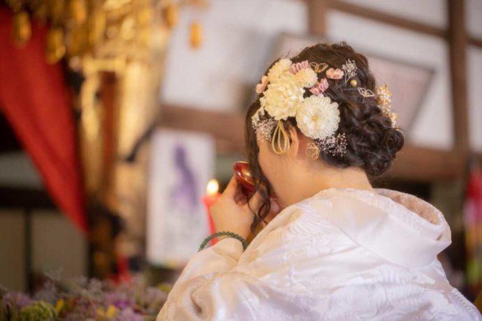 曹洞宗 永松山 龍泉寺の仏前結婚式で盃を傾ける新婦