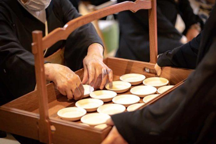 曹洞宗 永松山 龍泉寺の仏前結婚式でお酒を配布する風景