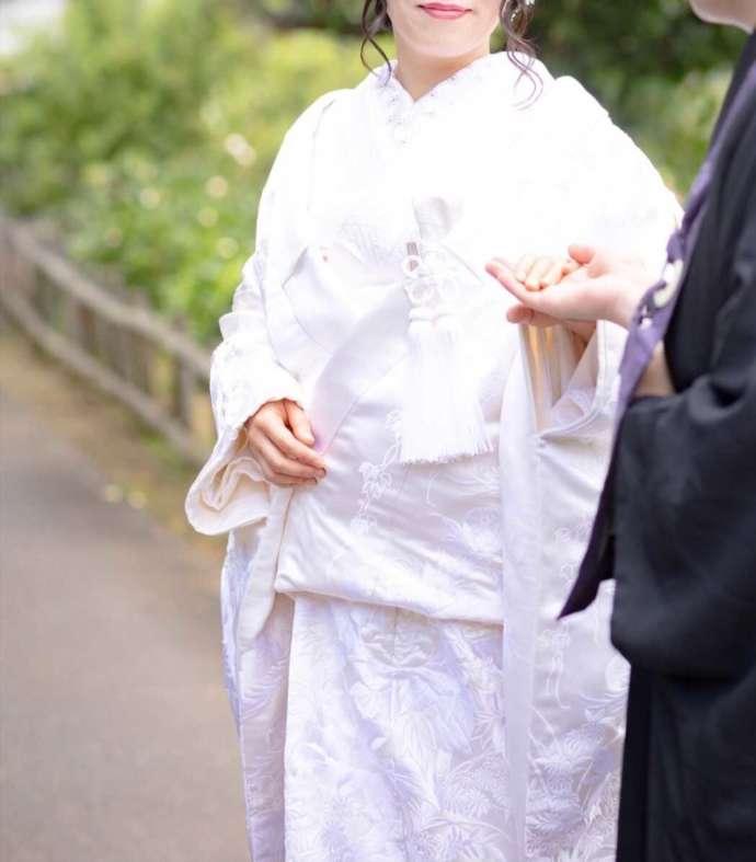 曹洞宗 永松山 龍泉寺の仏前結婚式で手を取り合う新郎新婦