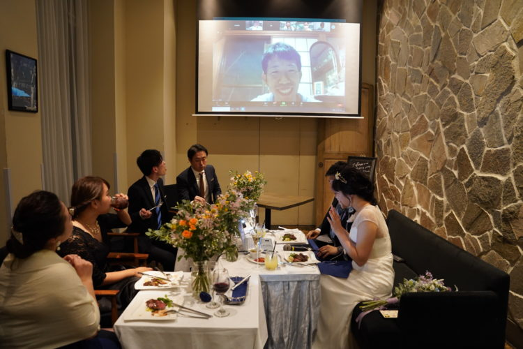 EMOTIONAL PARTY!のオンライン結婚式で自宅からつながるゲストと会話する新郎新婦