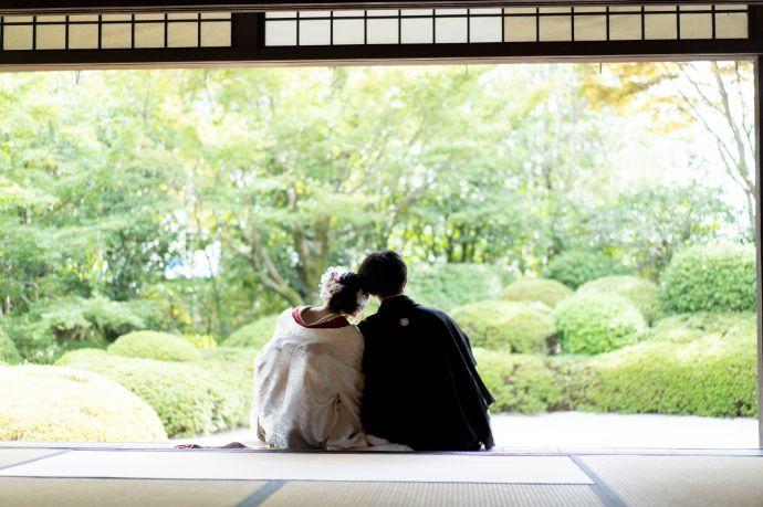 フェアリーブライダルの結婚写真で和装で撮影するご夫婦