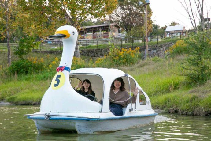 ボート池でボートに乗る女性2人