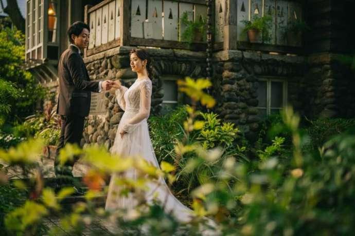 フェリーチェガーデン日比谷のガーデンで手を取り合う夫婦