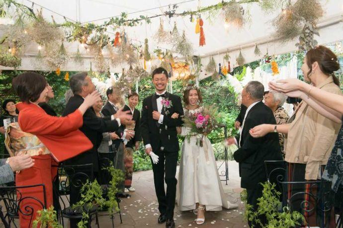 フェリーチェガーデン日比谷のガーデンウェディングでゲストから祝福される新郎新婦