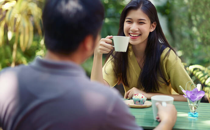 女性がカフェでコーヒーを飲んでいるイメージ