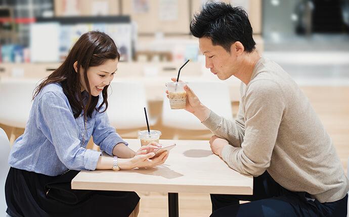 男女がカフェでコーヒーを飲んでいる時のイメージ