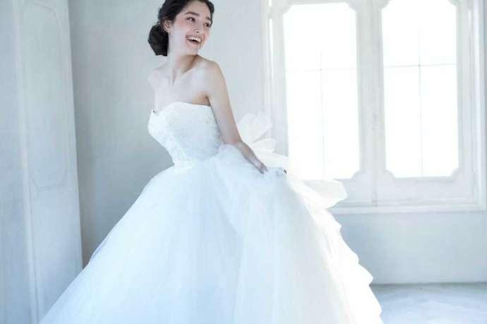 純白のウエディングドレスをきた花嫁