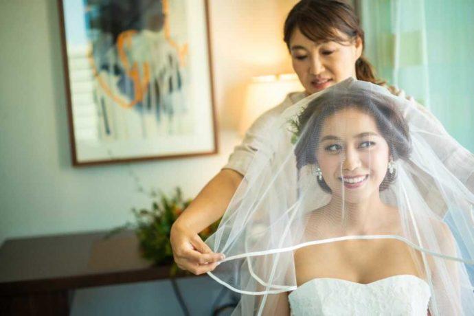 身支度を整えてもらっている花嫁