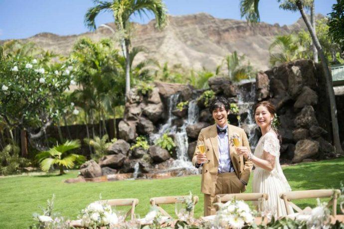 ハワイのガーデンで乾杯をする新郎新婦