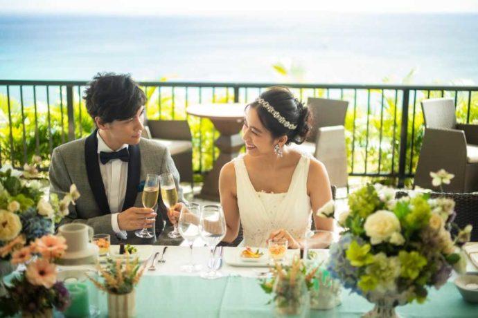 ハワイのテラスで乾杯をする新郎新婦