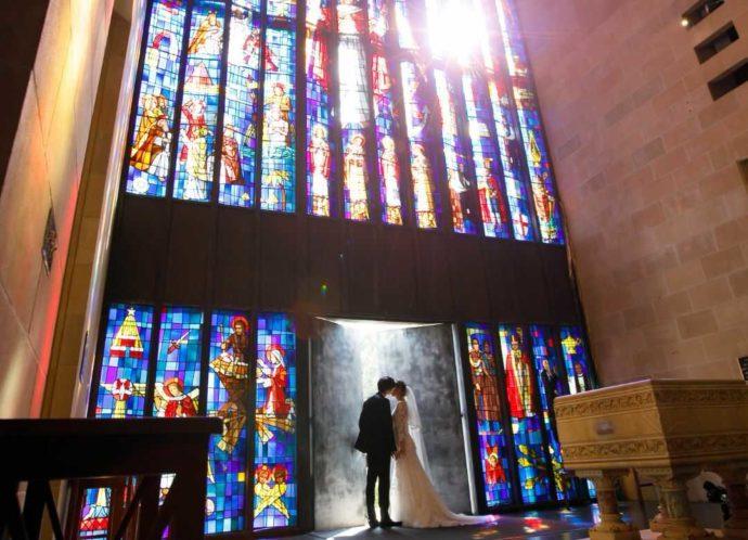 ハワイのセントアンドリュース大聖堂での挙式の様子