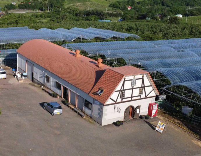 北海道余市町にあるニトリ観光果樹園のレストハウスとさくらんぼ畑