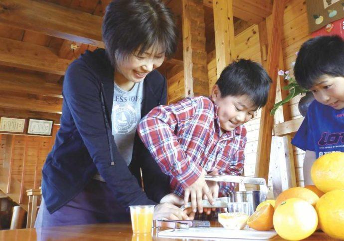静岡県賀茂郡にある「ふたつぼり」での生ジュース搾り体験の様子