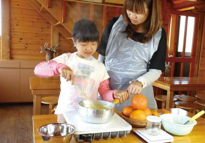 静岡県賀茂郡にある「ふたつぼり」でのジャム作り体験の様子
