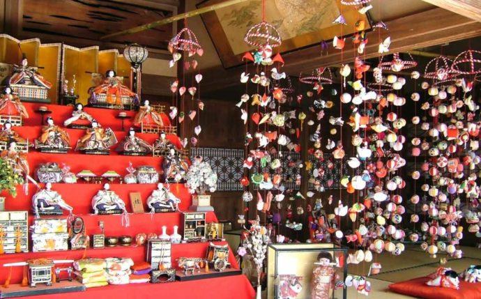 「ふたつぼり」がある稲取地区で開催される雛のつるし飾りまつりの様子