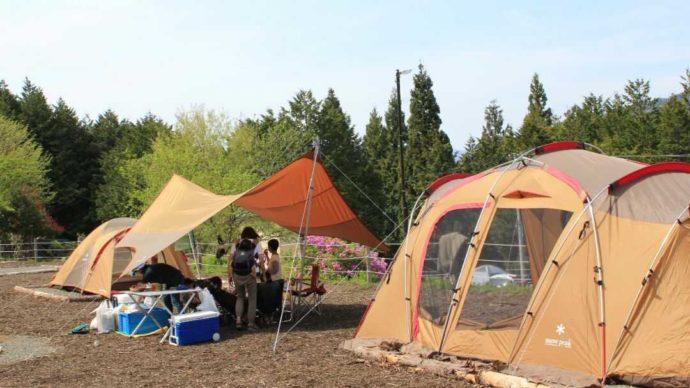 山梨県都留市にある「和みの里」のキャンプ場でキャンプをする人たち