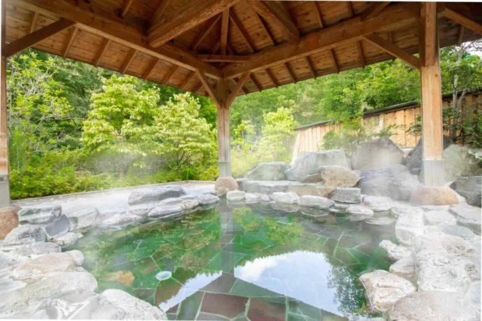 山梨県都留市にある「芭蕉・月待ちの湯」の露天風呂