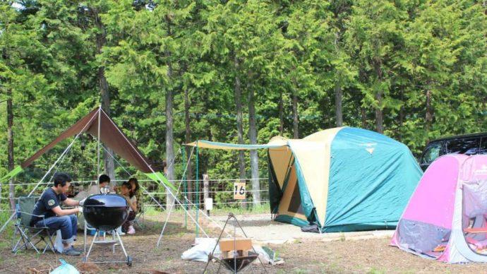 山梨県都留市にある「和みの里」のキャンプ場でバーベキューをする人たち