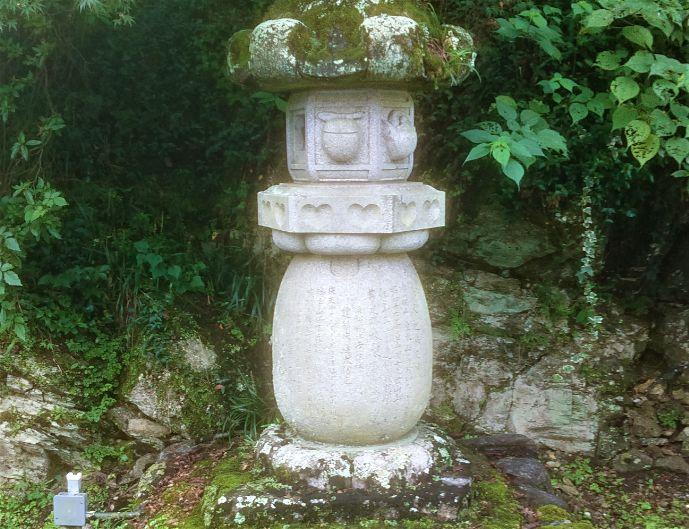 岩水寺にあるハート型の灯籠
