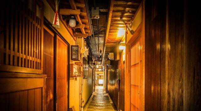 京都の祇園四条エリアの趣ある町並みで飲み歩き!隠れ家ディナーデート