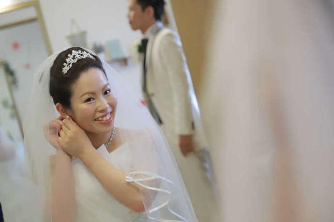 愛知県岡崎市にあるザ・グランドティアラ岡崎で身支度をする花嫁